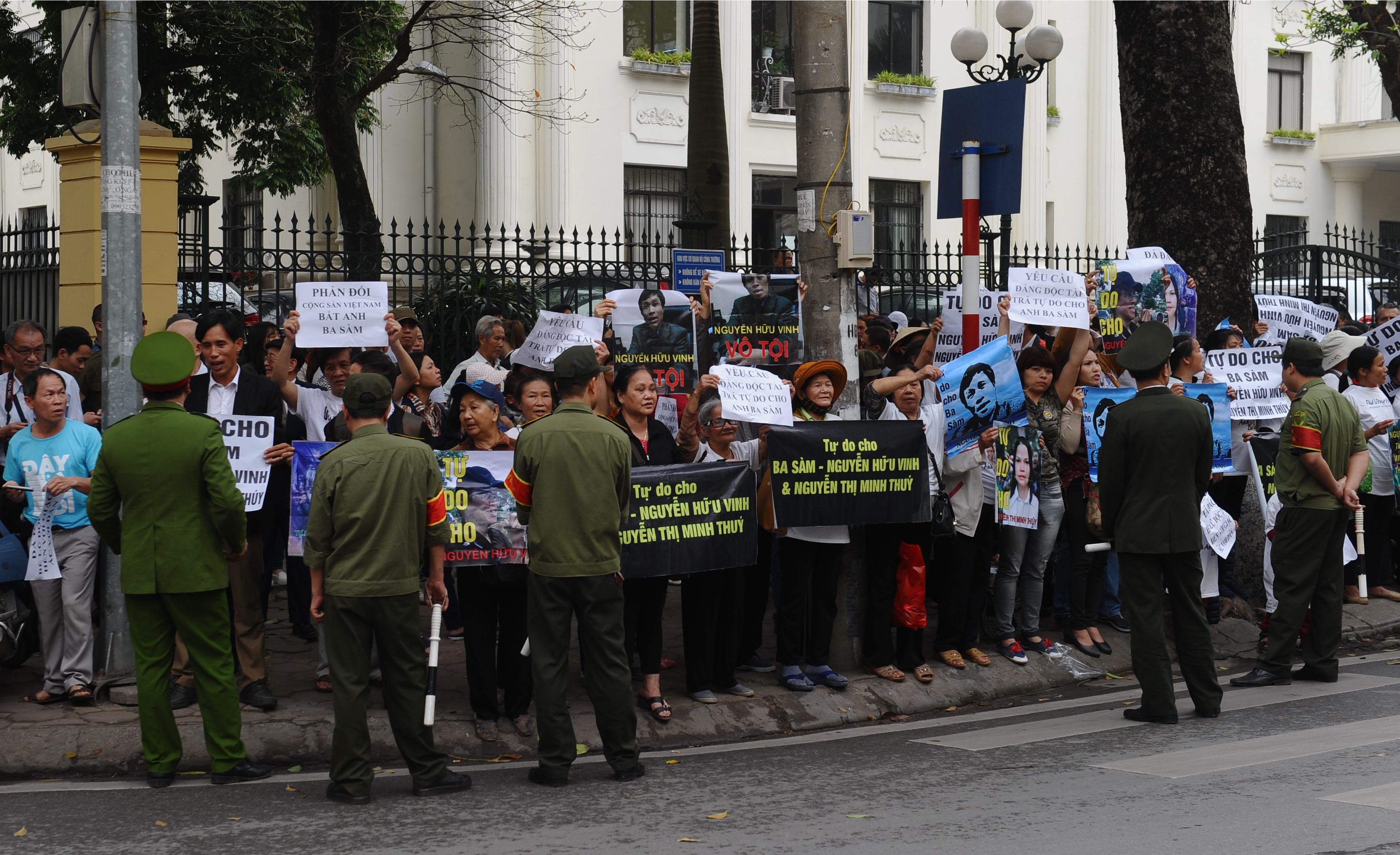 Vietnam : Bloggers and citizen journalists v. state violence | Reporters without borders